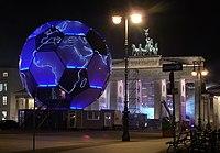 德国2006年世界杯足球赛期间,勃兰登堡门前的足球形地球仪。
