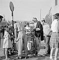Bersjeba Verkoper van maiskolven met klanten bij zijn wagen, Bestanddeelnr 255-3523.jpg