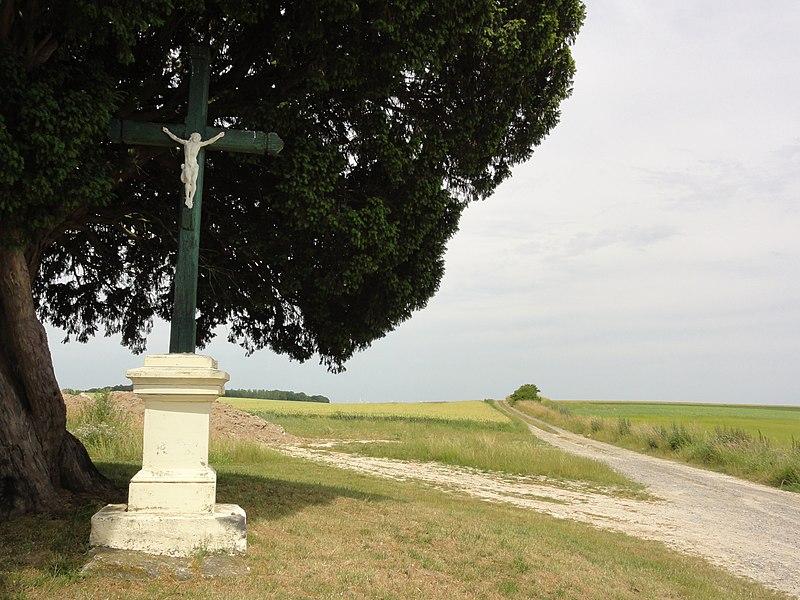 Bucy-lès-Pierrepont (Aisne) croix de chemin est