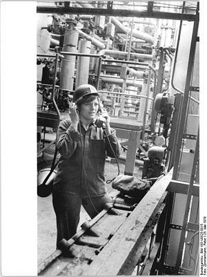 Bundesarchiv Bild 183-U0525-0015, VEB Erdölverarbeitungswerk Schwedt, Jugendbrigade.jpg