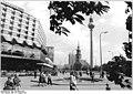 """Bundesarchiv Bild 183-Z0819-023, Berlin, Karl-Liebknecht-Straße, """"Palasthotel"""", Fernsehturm.jpg"""