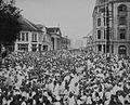 COLLECTIE TROPENMUSEUM De menigte in een straat te Medan bij de Chinese begrafenisstoet van de op 4 februari 1921 overleden majoor Tjong A Fie TMnr 60043491.jpg