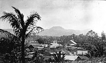 托莫洪-历史-COLLECTIE TROPENMUSEUM Een stadsgezicht van Tomohon van bovenaf gezien TMnr 60014273