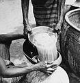 COLLECTIE TROPENMUSEUM Het overgieten van het net gebrouwen bier (dolo) in potten TMnr 20010279.jpg