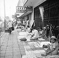 COLLECTIE TROPENMUSEUM Verkoop van textiel langs de Djalan Raya te Bandung West-Java TMnr 10002683.jpg