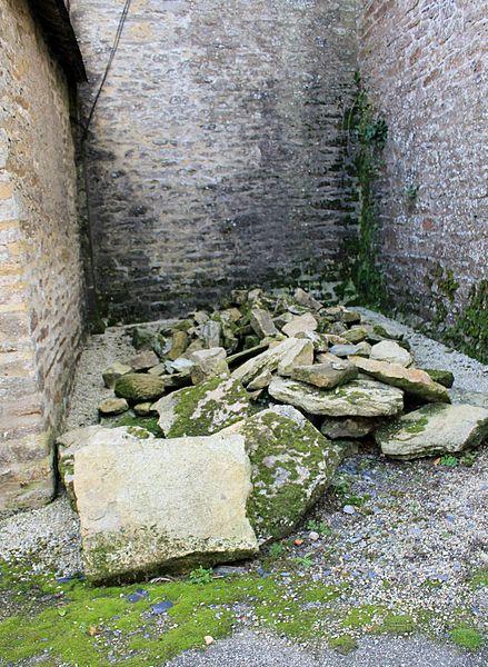 Chapelle Saint-Gobrien de Saint-Servant: gros débris au nord de la chapelle