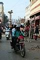 Circulation dans les rues de Varanasi (1).jpg
