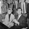 Cliff Richard , aankomst op Schiphol met Willeke Alberti tijdens persconferentie, Bestanddeelnr 916-3955.jpg
