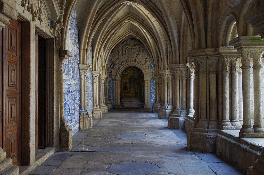 A l'intérieur du cloitre de la cathédrale de Porto - Photo de Ken & Nyetta