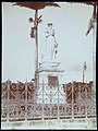 Collectie Nationaal Museum van Wereldculturen TM-60062362 Standbeeld van Keizerin Josephine op een hoge sokkel, achter een hekwerk Martinique fotograaf niet bekend.jpg