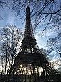 Contrejour de la Tour Eiffel au crépuscule.jpg