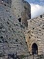 Crac des Chevaliers, Auf der Äusseren Burgmauer (38650900506).jpg