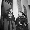 De dochters poseren in klederdracht in de deuropening van de boerderij, Bestanddeelnr 252-8786.jpg