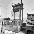 De gebedsruimte met geopende Heilige Arke en biema (= verhoging voor het voorlezen van de Tora) van de synagoge te Haaksbergen in verval - Haaksbergen - 20095204 - RCE.jpg