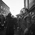 De koningin begroet militairen bij aankomst bij de tentoonstelling, Bestanddeelnr 255-8118.jpg