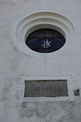 Fil:Detalj av fasad med fönster Vallby kyrka.JPG