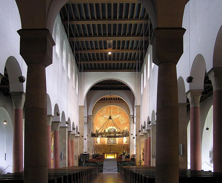 Innere des Domes mit dem Hezilo-Leuchter