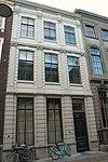 foto van Pand met gepleisterde natuurstenen pilastergevel van parterre en twee verdiepingen ter breedte van drie vensters