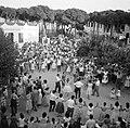 Dorpsbewoners dansen sardana op een plein, Bestanddeelnr 254-0853.jpg