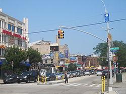 Rigardante oriente laŭ Brighton Beach Avenue de la angulo de Coney Island Avenue