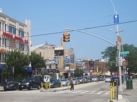 Downtown Brighton Beach : carrefour de Brighton Beach Avenue et Coney Island Avenue (appelé Joel Samuel Plaza).