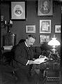 Dr Julius Levenhagen vid bordet med en bok. Fotogenlampa - Nordiska Museet - NMA.0056918.jpg