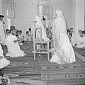 Een groep samaritanen in hun gebedshuis lezend in hun heilige schrift, Bestanddeelnr 255-5601.jpg