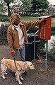 Een kwartje voor een kakzak in het Manelapark. Aangekocht in 1997 van United Photos de Boer bv. - Negatiefnummer 42784 kc 26. - Gepubliceerd in het Haarlems Dagblad van 17.05.1996. Identificatienummer.JPG