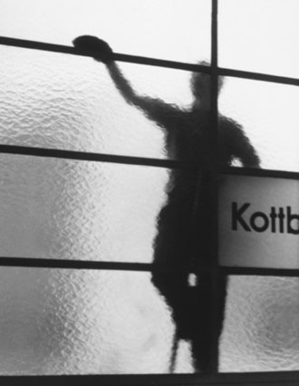 Kottbusser Tor (Berlin U-Bahn) - Window cleaner at Kottbusser Tor, by Elsa Thiemann c.1946