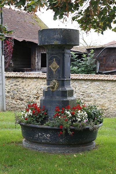 Fontaine située place des Tilleuls à Esternay.