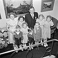 Fabrieksdirecteur Albert van Abbe poserend met groep kinderen tegen een wand met, Bestanddeelnr 255-8491.jpg