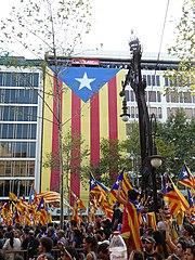 Indipendendisti pro-catalogna (sinistra) e dimostrazioni pro-spagnole a Barcellona.