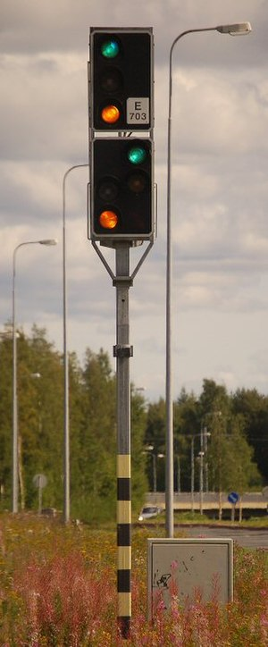 Finnish railway signalling - A main and distant signal combined in a single post. The main signal (upper) is showing the Proceed 35 aspect and the distant signal shows the Expect 35 aspect.