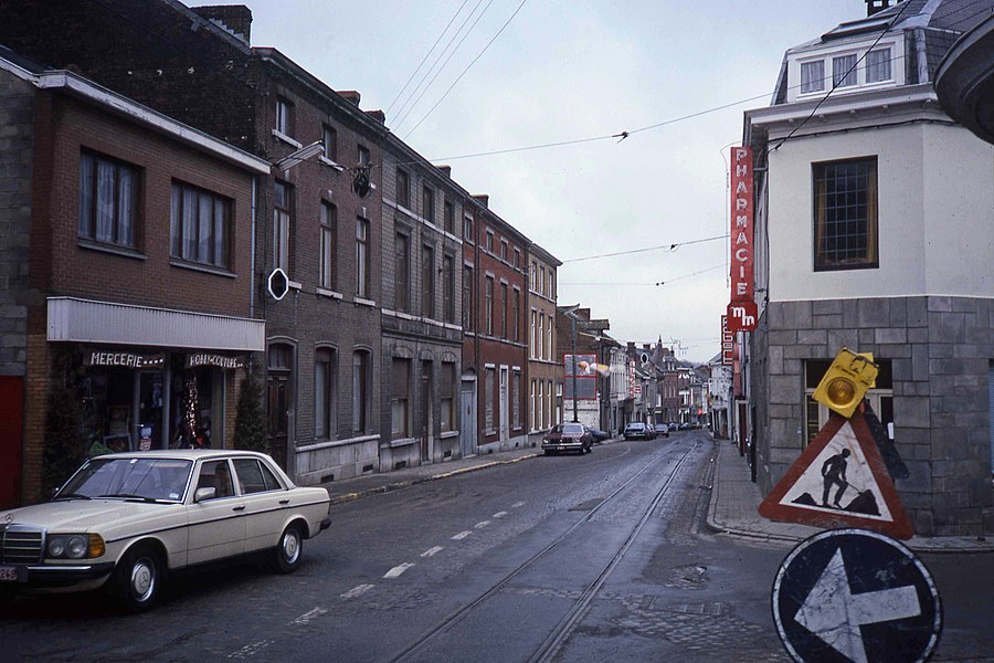 The endpoint of the vicinal tramline 63, after the cessation of the line.  Note the recently cut overhead wires and the stil present signal installations. The line ended in october 1986. This picture is taken shortly afterwards. Rue Louis Delattre