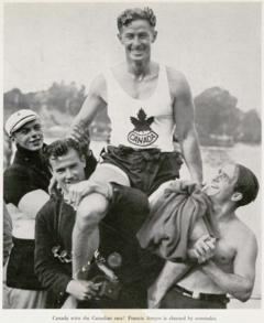 Frances Amyot después de ganar la carrera de canoas canadienses en los Juegos Olímpicos de 1936.png