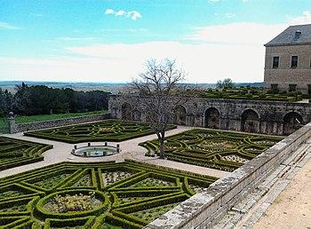 Garden of the Palace of Philip II in the Escorial Monastery.jpg