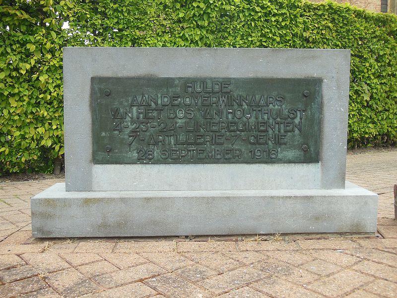 Een aparte staande steen van het monument met opschrift in het Nederlands