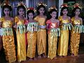 Girls with costumes thaïlandais.jpg