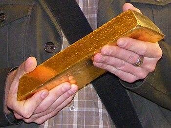 Polski: Sztabka złota ważąca 12,5 kg. Własność...