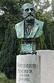 Grab Stele mit Büste Friedrich Roeber geschaffen von Der Düsseldorfer Bildhauer Karl Janssen, Nordfriedhof Düsseldorf.jpg