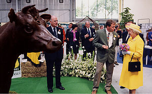 John McKenna (sculptor) - McKenna with Queen Elizabeth II and his Jersey Cattle sculpture