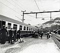 HUA-168184-Afbeelding van wintersporters tijdens het uitstappen uit de Bergland Expres (Den Haag - Innsbruck) op het station Ötztal te Oostenrijk.jpg