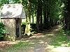 foto van Rozenkransweg, bestaande uit vijftien kapellen langs de rand van het park met beeldhouwwerk