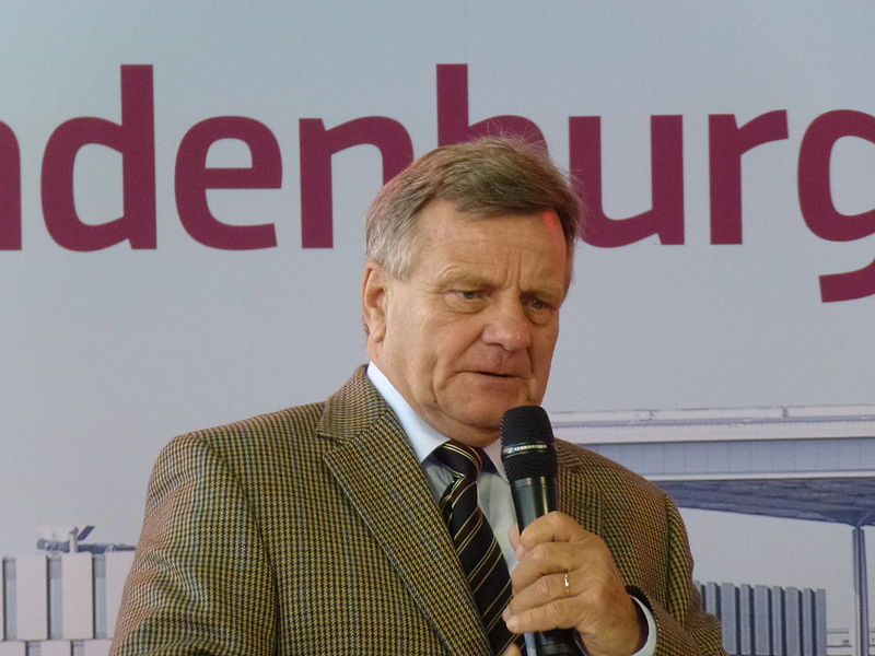 File:Hartmut Mehdorn Berlin Brandenburg Airport.JPG