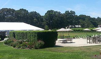 Hawk Haven Vineyard & Winery - Hawk Haven permits customers to picnic and bring pets.