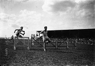 Stade Bergeyre - Image: Inauguration du stade Bergeyre (Paris), le 100 m haies (le vainqueur André)