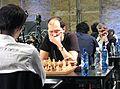 Ivanchuk (am 2. Tisch rechts) in der 21. und letzten WM-Blitzrunde 2015 gegen Kramnik.JPG