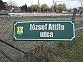 József Attila utca névtábla és a vasútállomás, 2019 Isaszeg.jpg