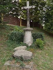 Krucifix a pamětní kámen