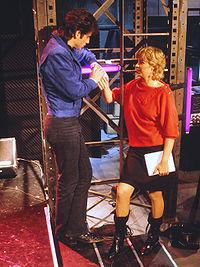 Stina Lundberg med gæsten John Travolta i Underholdningsmaskinen 30 september 1983.